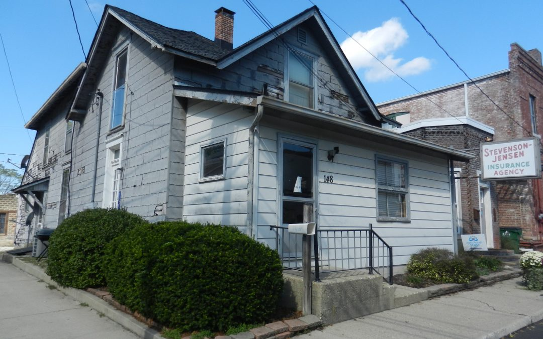 OFFICE WITH UPPER LEVEL APARTMENT – GREAT INCOME POTENTIAL!