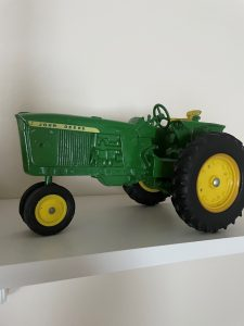 DIECAST FARM TOYS - FURNITURE - GLASSWARE @ Lawson & Co. Auction Gallery | Danville | Indiana | United States